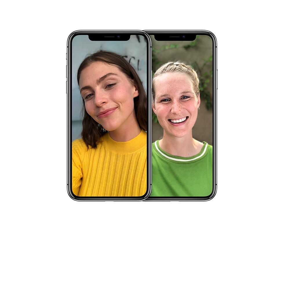 2台のiPhone X シルバーそれぞれで、二人の女性がフロントカメラに笑顔を向けている写真