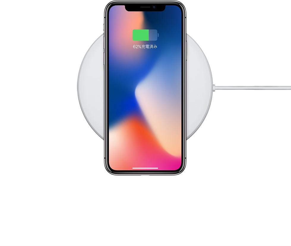 iPhone X シルバーを専用のマットの上に置き、ワイヤレス充電を行っている様子を写した画像
