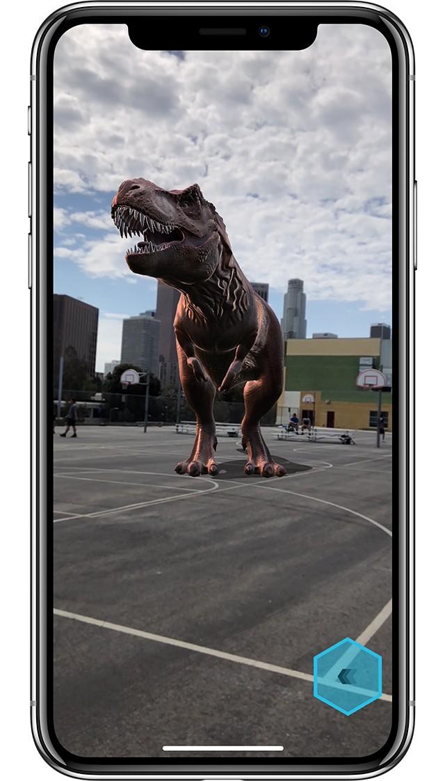 iPhone X シルバーの画面に鮮明なグラフィックで描かれた恐竜が町中を徘徊している画像