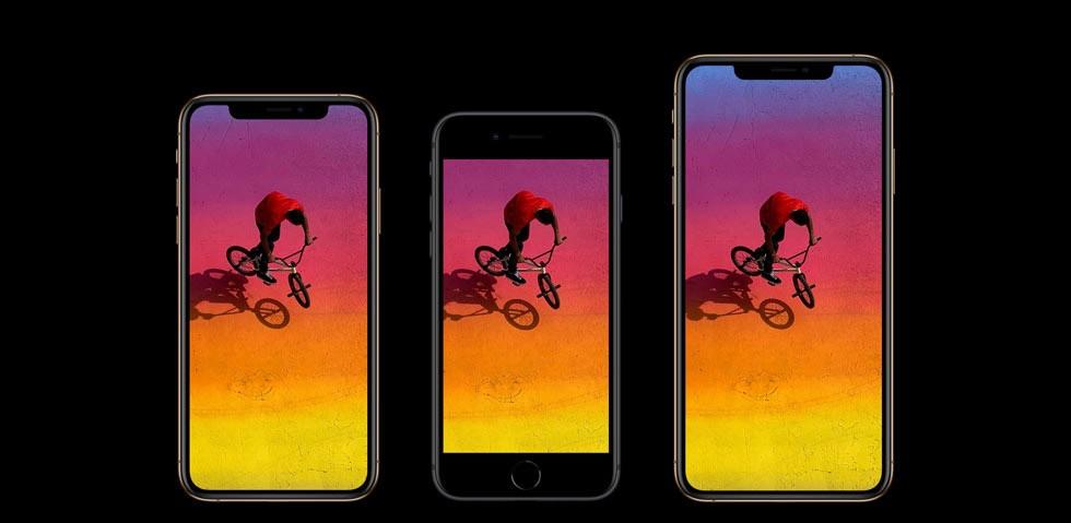iPhone XSとiPhone 8、iPhone XS Max、それぞれの画面が横に並んでおり、その画面にはスポーツ自転車に乗った赤いTシャツの男性を上から写した画像が写っている