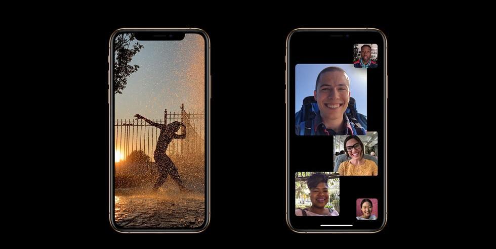 iPhone XS・iPhone XS Maxの画面が2つ並び、左側には夕刻、夕日をバックに踊っている人の姿が写っており、右側には男女5名がFaceTimeでビデオ通話している様子を写した画像が写っている