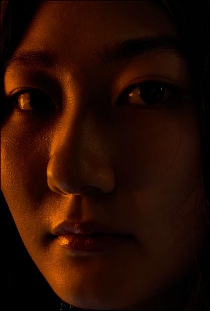 iPhone XS・iPhone XS Maxのデュアルカメラシステムで、暗い中、女性の顔面ズームアップした姿を写しだした画像