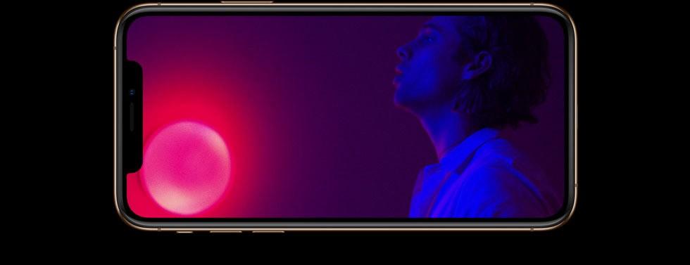 iPhone XS・iPhone XS Maxの画面に、ファイヴ・セカンズ・オブ・サマーのWant You Backのミュージックビデオが映しだされている画像