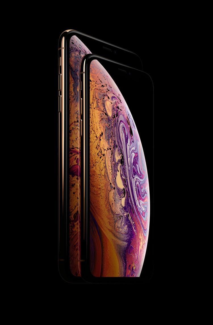 iPhone XSとiPhone XS Maxが折り重なっており、上にのっているiPhone XSの画面に紫・ピンク・オレンジのマーブル模様がきれいなバブルが写っている