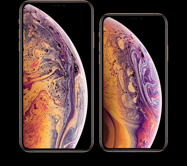 iPhone XSとiPhone XS Max、それぞれの画面が横に並んでおり、その画面上には紫・ピンク・オレンジのマーブル模様がきれいなバブル(1/2)が写っている