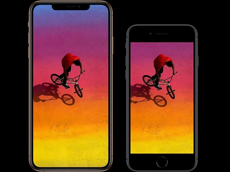 iPhone XS MaxとiPhone 8の画面が横に並んでおり、その画面にはスポーツ自転車に乗った赤いTシャツの男性を上から写した画像が写っている