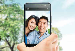 https://kddi-h.assetsadobe3.com/is/image/content/dam/au-com/mobile/product/smartphone/mb_htv33_img_2.png?fmt=png-alpha&scl=1